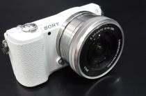 """小さくて軽いデジタル一眼カメラ""""α5100""""、外観レビュー。"""