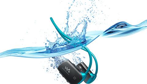 Bluetoothを搭載、指輪型リモコンもあって、スポーツしながら快適に音楽を楽しめる防水ウォークマン「NW-WS615」