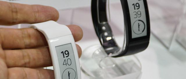 腕に付けて記録、ハンズフリーも通知もチェックできる、がおもしろい「SmartBand Talk (SWR30)」