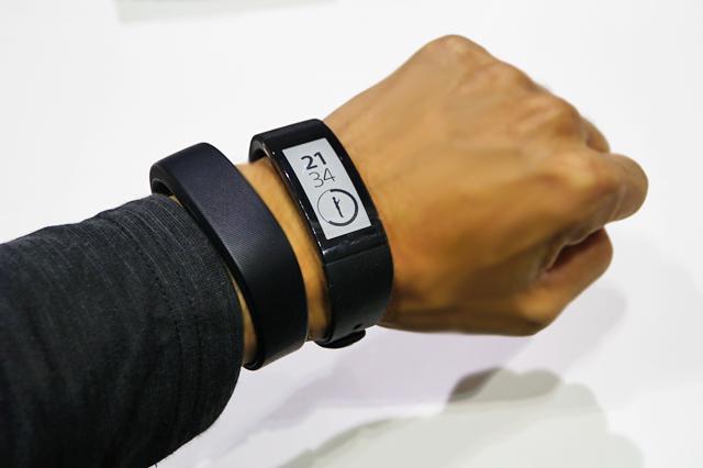 腕に付けて記録、ハンズフリーも通知もチェックできる、がおもしろい「SmartBand Talk (SWR30 ...