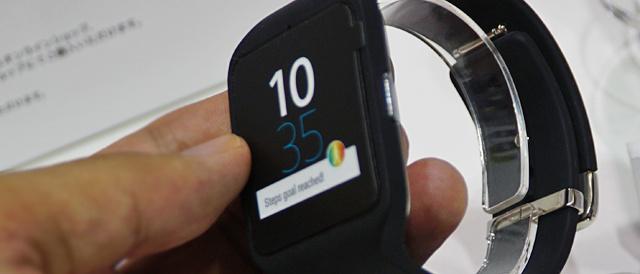 タッチや声で操作して、腕にスマートフォンがある感覚で遊べる「Smart Watch 3(SWR50)」