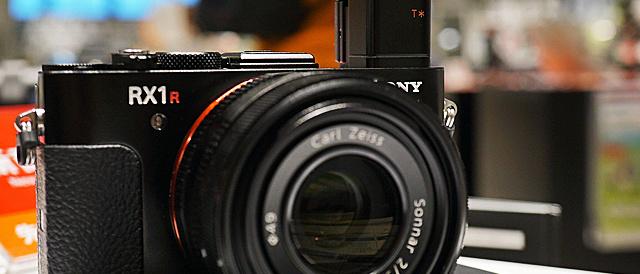 デジタルスチルカメラ「DSC-RX1RM2」、2015年12月中旬発売予定から来年へ発売日延期。