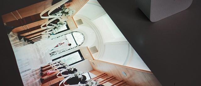 """壁も床もテーブルも、""""どこでもディスプレイ""""になるウキウキと感動!ポータブル超短焦点プロジェクター 「LSPX-P1」。"""
