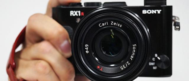 2016年の「歴史的カメラ」に選出された、デジタルスチルカメラRX1RⅡと、デジタル一眼カメラ α99Ⅱ