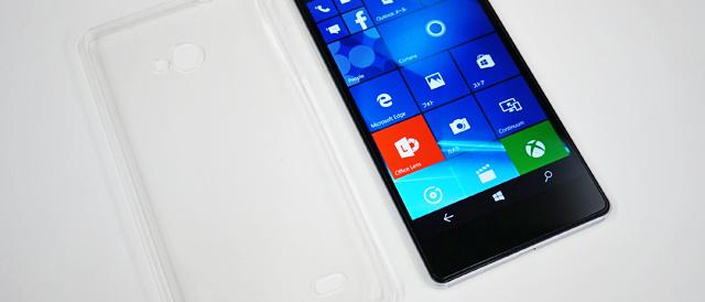 「VAIO Phone Biz」を保護する、Deff社製のピッタリフィットの保護ケースと、プライバシーガラスを装着してみる。