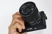 デジタル一眼カメラ APS-C機のハイエンドモデル「α6500」をレビュー。(外観・比較編)