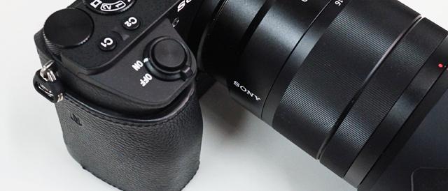 α6500専用のボディケース「LCS-EBG」を装着。ホールド性が良くなって大口径レンズのとりまわしがさらに楽に。