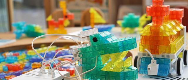 ブロックを作るプログラムして動かす「ロボット・プログラミング学習キットKOOV™(クーブ)」がかなり楽しそうなので、ソニーストアで実際に触ってきた。
