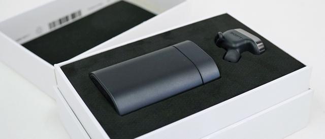 耳につけておくと、癒し系ボイスでサポートしてくれるスマートプロダクト「Xperia Ear」