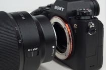 """デジタル一眼カメラ α9 の一部の製品で、""""大型フラッシュなどをマルチインターフェースシューに付けて大きな負荷が加わると稀にマルチインターフェースシューにがたつきが発生する事象""""を確認、無償修理対応。"""
