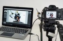 「Remote Camera Control」と「Lightroom」を使って、デジタル一眼カメラαシリーズで撮影した写真をすぐにパソコンに転送&プレビュー。屋内撮影で便利なテザー撮影をしてみよう。