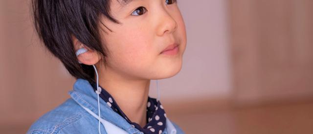 まわりの音がまるまる聞こえつつ音楽を楽しめる配線もフリーな「ambie wireless earcuffs(アンビー ワイヤレスイヤカフ)」