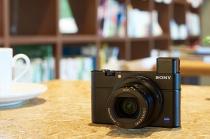 デジタルスチルカメラ「RX100III」価格改定により74,880円+税へと値下げ。