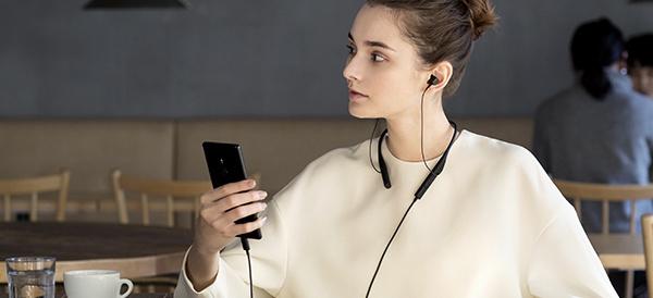 ソニーモバイル、USBケーブルとワイヤレスの2通り楽しめるワイヤレスステレオヘッドセット「SBH90C」と、外音を遮らず音楽や通話を楽しめるオープンイヤーステレオヘッドセット「STH40D」を6月23日に発売。
