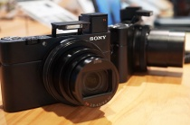 デジタルスチルカメラ「RX100Ⅵ(RX100M6)」を、ソニーストアで触ってきたレビュー(前編)。RX100にもっと望遠が欲しいが叶う、驚きのデジタル一眼カメラ並に超高速なAF。