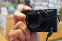 デジタルスチルカメラ「RX100Ⅵ(RX100M6)」を、ソニーストアで触ってきたレビュー(後編)。一発ポップアップして使えるEVF、自由度が上がった液晶モニターにタッチシャッター、あちこちに進化が。