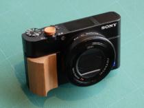 本体デザインを活かす ULYSSES製 RX100シリーズ用ウッドグリップの試作サンプル。