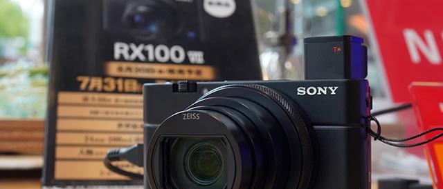 デジタルスチルカメラ「RX100VII(RX100M7)」を、ソニーストアで触ってきたレビュー(前編)。コンパクトボディからは想像のつかない超高速AFと連射性能、そして動画撮影まわりも大きく改善。