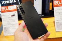 ソニーストアで、SIMフリーモデル「 Xperia 1 II (XQ-AT42)」フロストブラックの全身をくまなく見てきた。通常ブラックとの比較画像もあるよ。