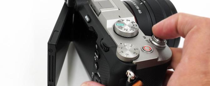 お出かけフルサイズミラーレス一眼カメラ α7C がもっと愛おしくなるアイテム(その3)α7Cの背面モニターを保護する純正ガラスシート「PCK-LG1」や、液晶保護フィルムを貼ってみよう。