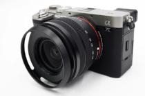 お出かけフルサイズミラーレス一眼カメラ α7C がもっと愛おしくなるアイテム(その4)α7Cとキットレンズ「SEL2860」をお気軽に使うために、レンズプロテクターとレンズフードを付けてみよう。