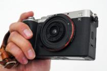お出かけフルサイズミラーレス一眼カメラ α7C がもっと愛おしくなるアイテム(その8)「写ルンです」のレンズを再利用した「GIZMON Wtulens L」と合体して最小カメラに!