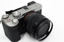 お出かけフルサイズミラーレス一眼カメラ α7C がもっと愛おしくなるアイテム(その7)コンパクトなボディのグリップ性がよくなるサムグリップを装着。